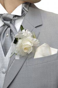 Trouwen Breda afbeeldingen trouwpak grijs corsage foto2